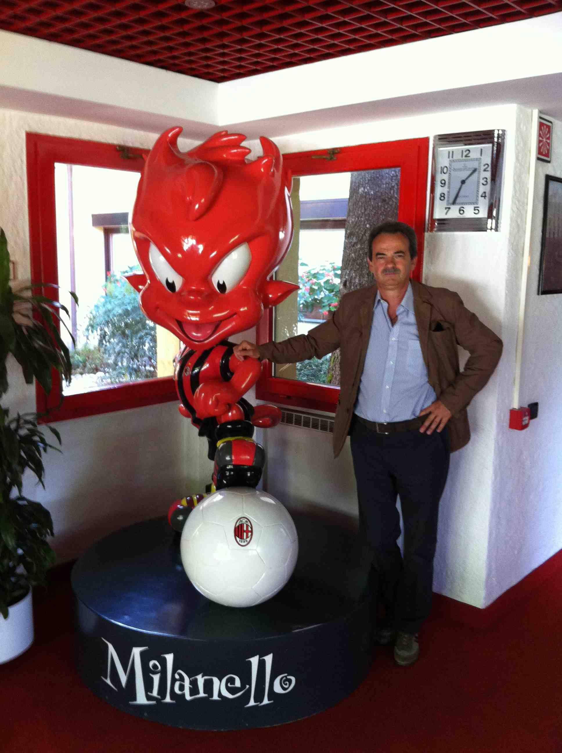 Armando Pintus con la mascotte del Milan nel Centro Sportivo di Milanello
