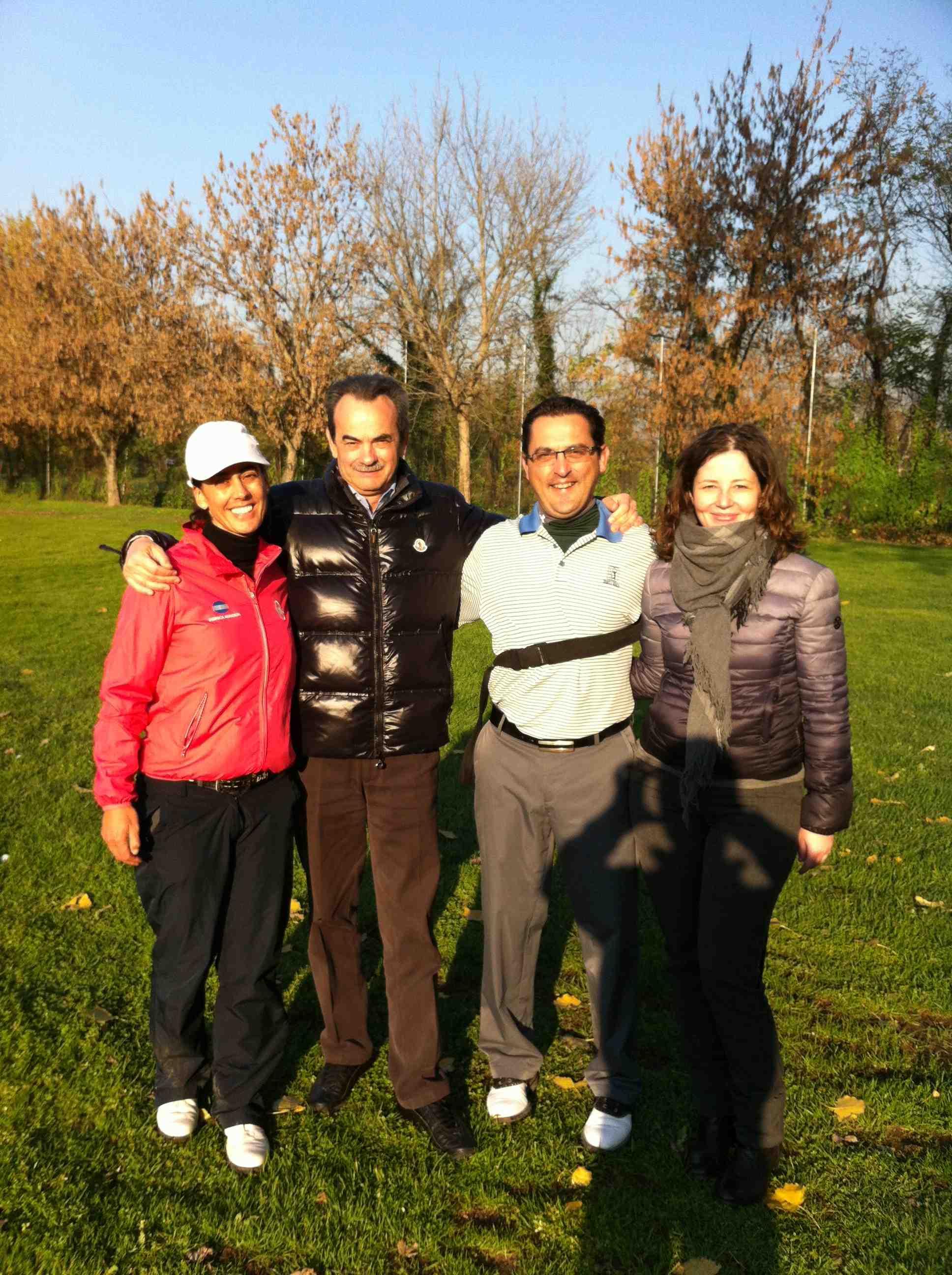 Foto ricordo in campo di Armando Pintus, Stefania Croce e Angelo Ardissone nell'ottobre 2012